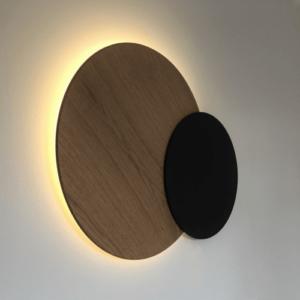 Décoration murale lumineuse symbolisant une éclipse solaire. Couleur bois naturel pour le soleil et teinté noir pour la lune.