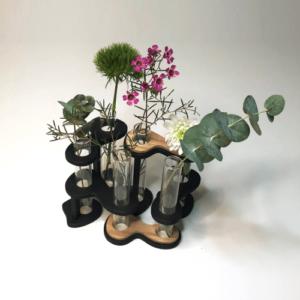 Soliflore design en bois DikromA. Modèle SixFleurs. Six tubes en verre articulés par des maillons indépendants. Couleur bois naturel et teinté noir.