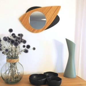 Miroir en bois DikromA. Modèle Cyclope en forme d'œil. Couleur bois naturel et teinté noir. Vue d'ensemble