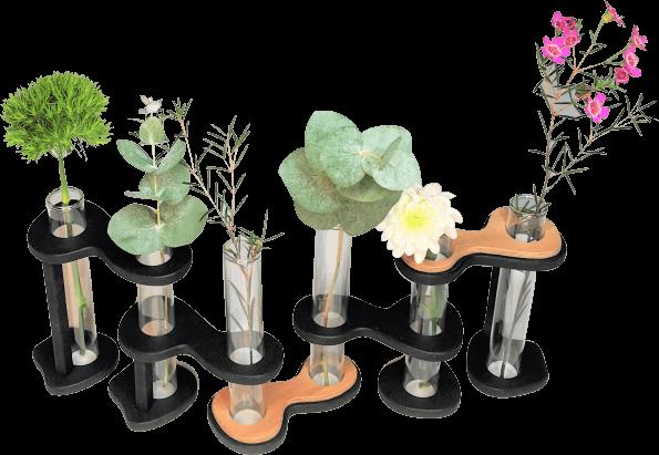Soliflore DikromA composé de six soliflores en verre articulés par des maillons en bois indépendants. Couleur bois naturel et teinté noir