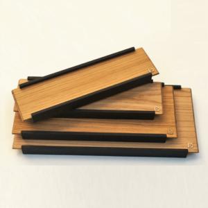 Plateau de présentation en bois esprit japonais DikromA. En bois naturel plaqué chêne et côtés en bois teinté noir. Plateaux superposés