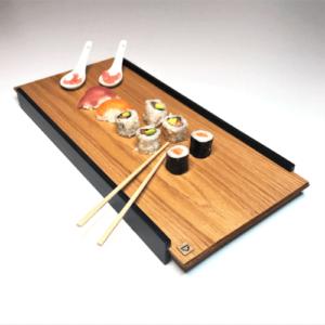 Plateau de présentation en bois esprit japonais DikromA. En bois naturel plaqué chêne et côtés en bois teinté noir. Plateau de sushi.