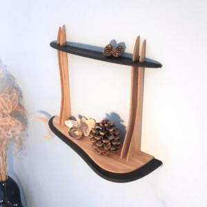 Etagère arrondie en bois DikromA. Couleur bois naturel et teinté noir.