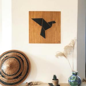 Décoration murale - tableau en bois DikromA. Motif oiseau origami noir sur du contreplaqué chêne. Couleur bois naturel et teinté noir.