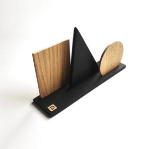Organisateur de courrier en bois aux formes géométriques DikromA. En bois naturel plaqué chêne et en bois teinté noir.